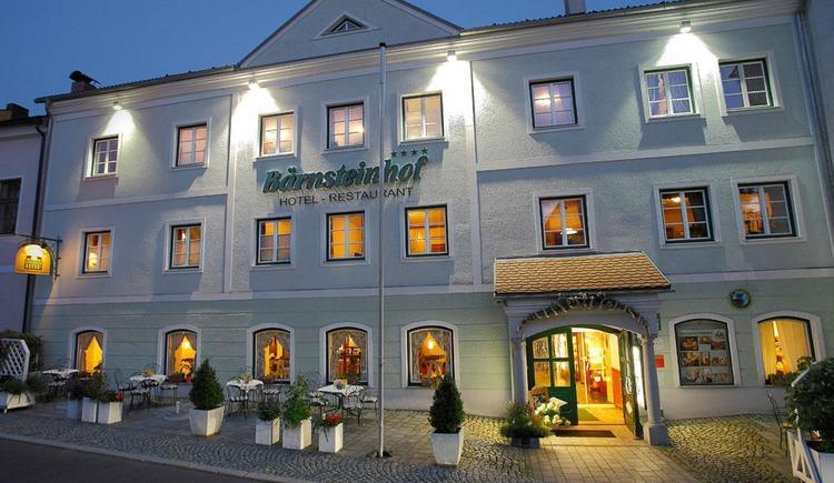 Kräuterhotel Bärnsteinhof in Aigen-Schlägl, Hausansicht in der Dämmerung. (© Kräuterhotel Bärnsteinhof)