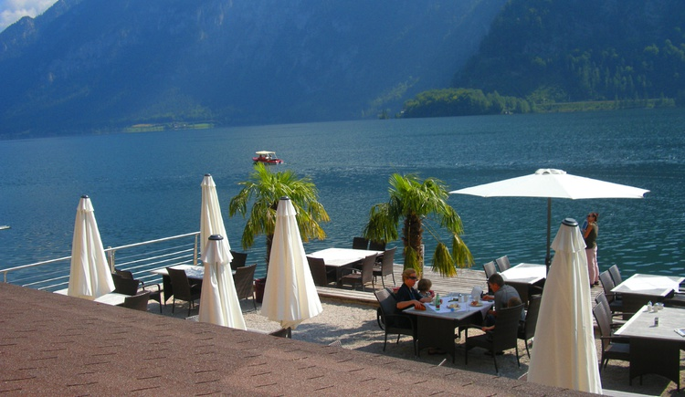The sea terrace invites you to have a seat directly at the Lake Hallstatt.