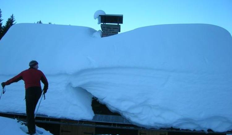 Schnee bis zum Hüttendach