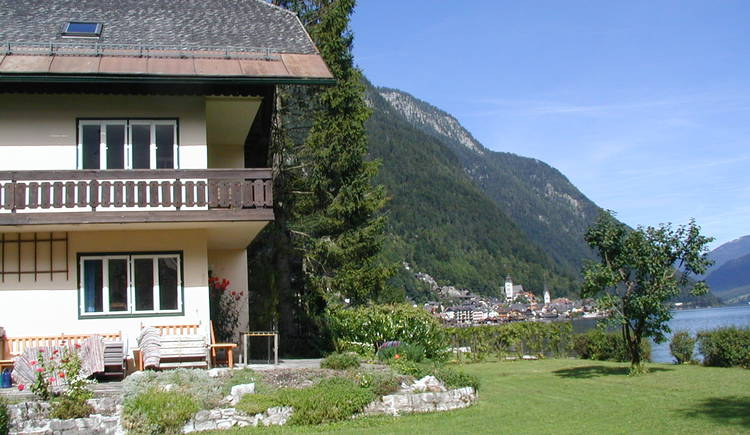 """The house \""""Am Strandbad\"""" is located directly at Lake Hallstatt in the Holiday Region Dachstein Salzkammergut."""