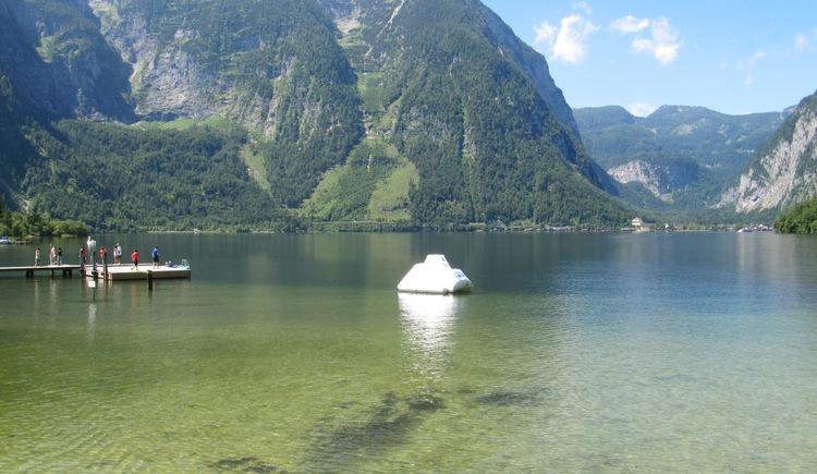Ein Klettereisberg wurde im Wasser verankert. (© Gemeindeamt Obertraun, Peter Perstl)