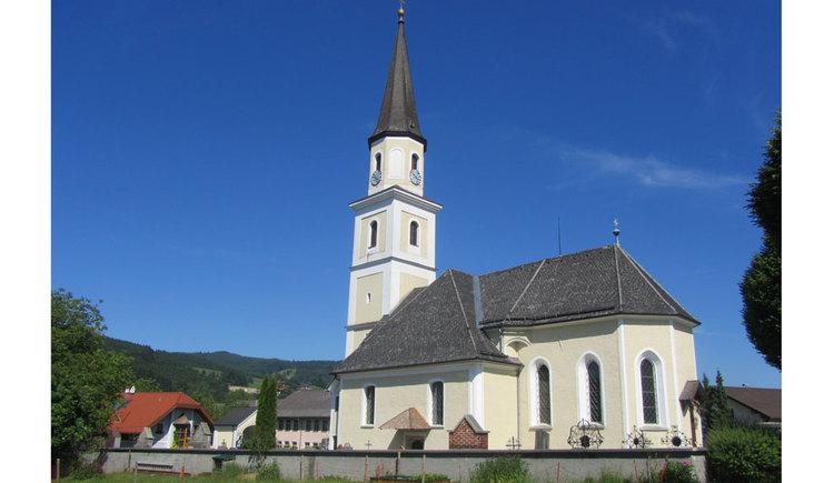 Blick zur Kirche in Oberwang, auf der Seite und im Hintergrund sind Häuser