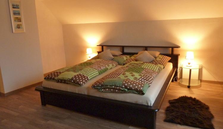 Das Schlafzimmer mit Doppelbett im Ferienhaus Salzberg.