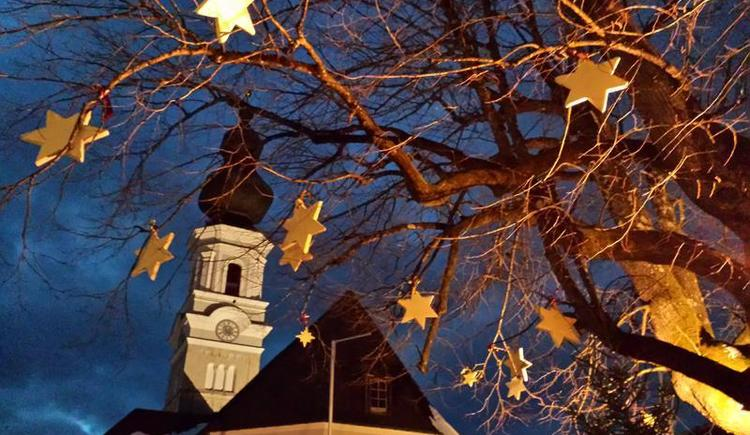 Centre of Faistenau with the 1000 year old linden tree in winter (© Tourismusverband Faistenau)