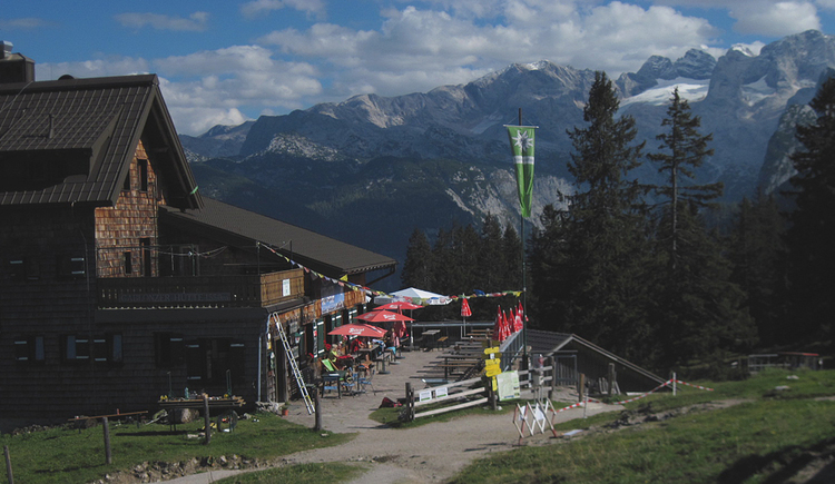 Take a little stop at the Gablonzer Hütte and enjoy the view of the Dachstein. (© Gisbert Rabeder)