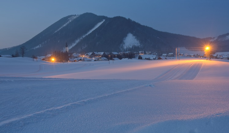 Trail under floodlights - in direction to the centre of Faistenau (© Tourismusverband / Josef Rehrl)