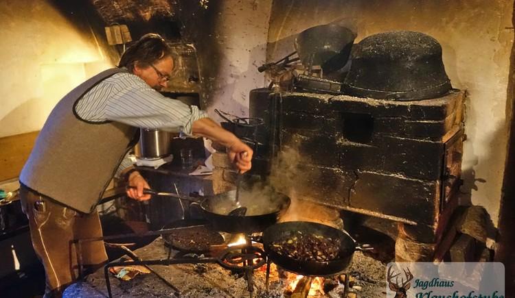 Rauchkuchl bei der Gosauer Bergweihnacht - Traditionelle Gerichte, zubereitet \