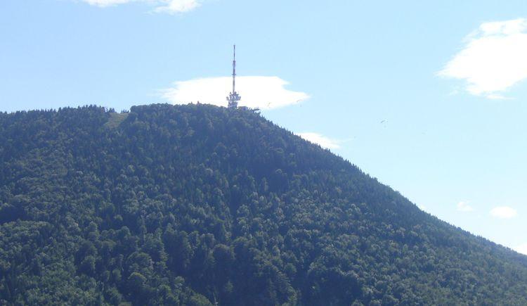 Der Gipfel des Gaisberges mit dem markanten Sender von Koppl aus.