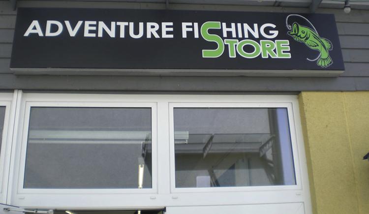 Eingangsschild über den Fenstern mit der Aufschrift: Adventure Fishing Store