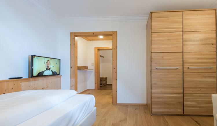 Einzelbett und Kleiderkasten