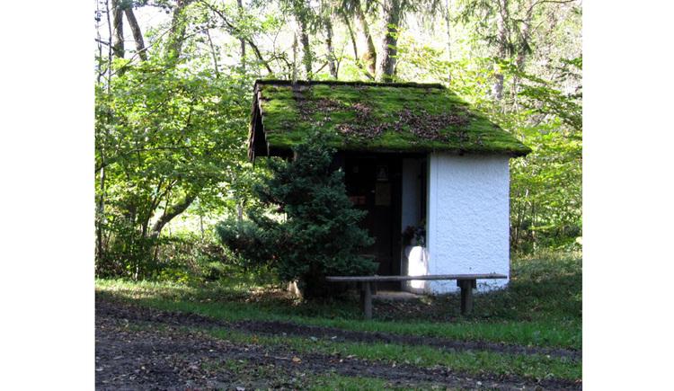 Blick auf der Kapelle in einem Wald