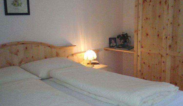 Doppel-und Familienzimmer aus Zirbenholz (© kloiber)