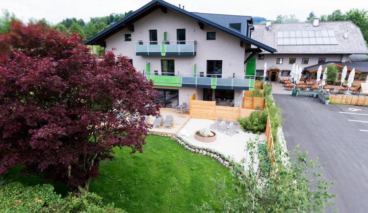Haus mit Bäumen und Wiese. (© Aichingerwirt)
