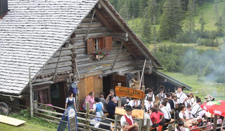 Gutes Essen und schöne Musik auf der Triamer Hütte