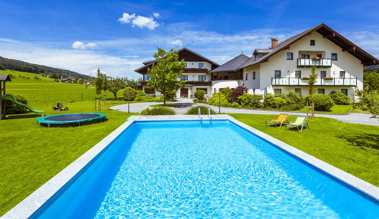 Swimming-Pool im Hintergrund die Pension Anna