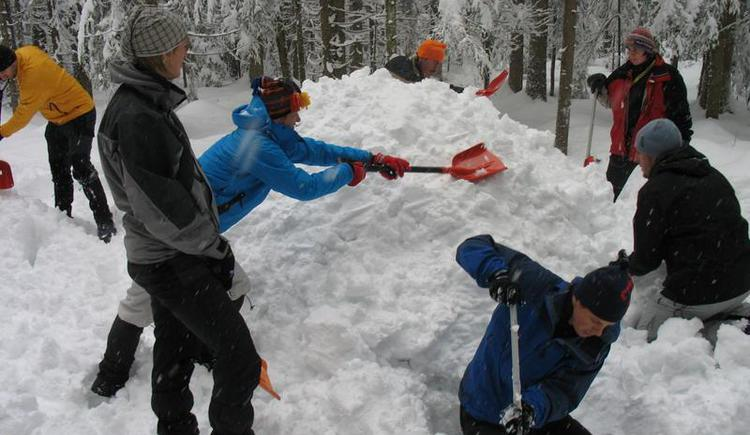 Building a igloo- Berg & Fitness (© Berg&Fitness - Christian Fuchsberger)