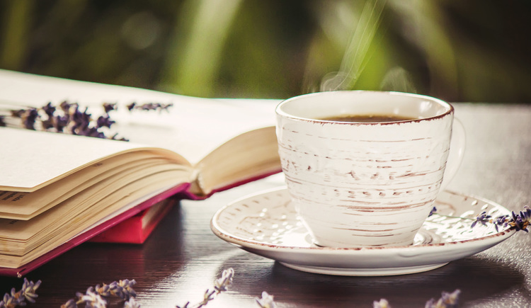 Tasse und Buch (© iStock)
