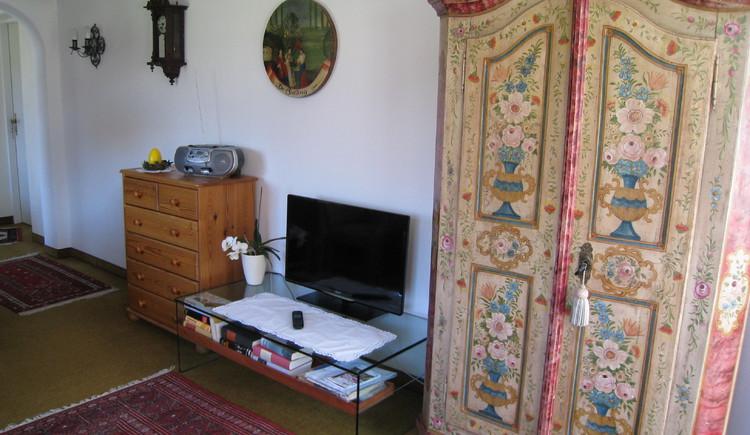 Wohnbereich mit Fernseher. (© Familie Seitz)