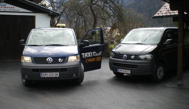 zwei Taxisfahrer warten