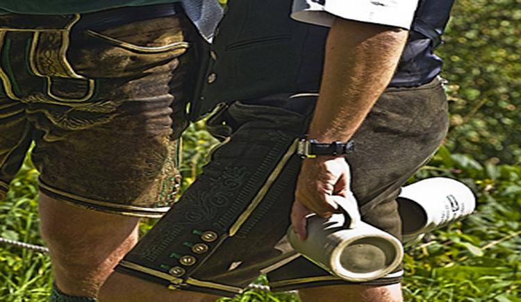 Männer in Lederhosen mit einem Bierkrug in der Hand. (© Tourismusverband MondSeeLand)