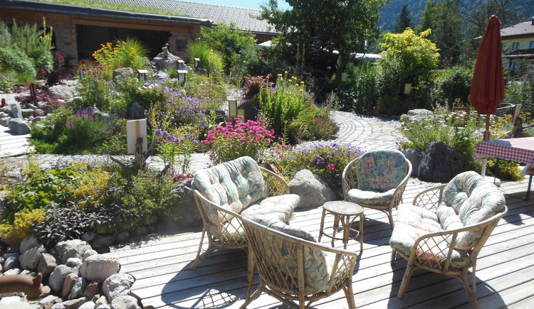 Enjoy the herb garden from the sun terrace (© Oberhinteregger´s Erlebnisbauernhof Faistenau)