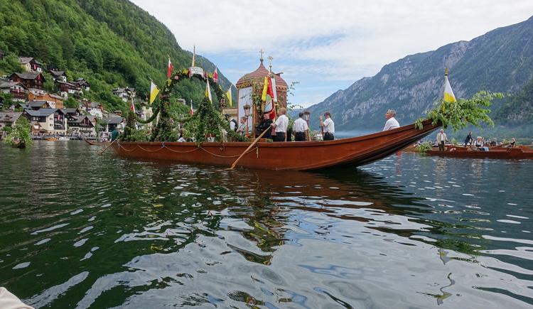 Die Frohnleichnams-Prozession in Hallstatt findet auf dem See statt - Publikumsmagnet für Zehntausende Besucher. Gäste der Klaushofstube können dies auf unserem Boot live miterleben ... (Bitte rechtzeitig buchen). (© Knappe / Benesteem)