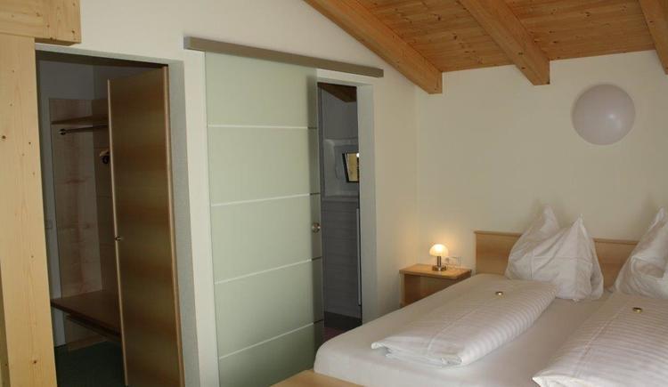 Eines unserer neu renovierten Doppelzimmer.\n