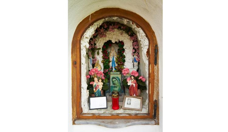 Blick auf Heiligenfiguren, Blumen