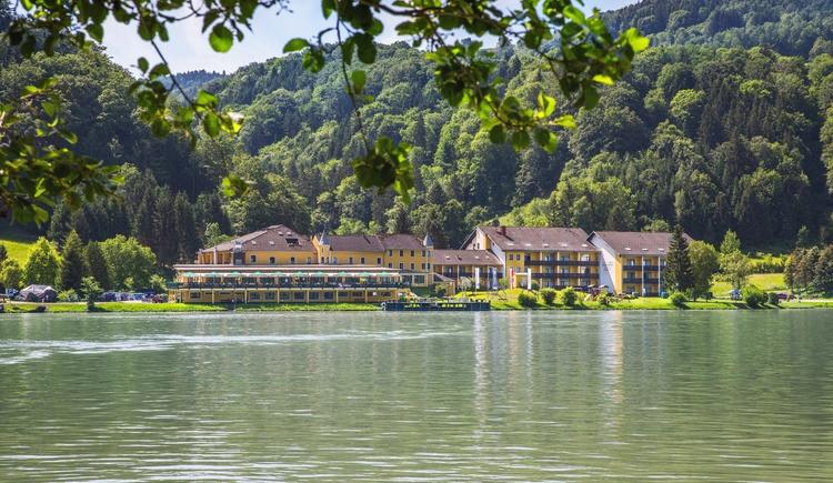 Hotel Donauschlinge vom Wasser aus betrachtet. (© Hotel Donauschlinge)