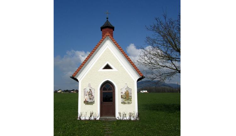 Blick auf eine Kapelle in der Wiese
