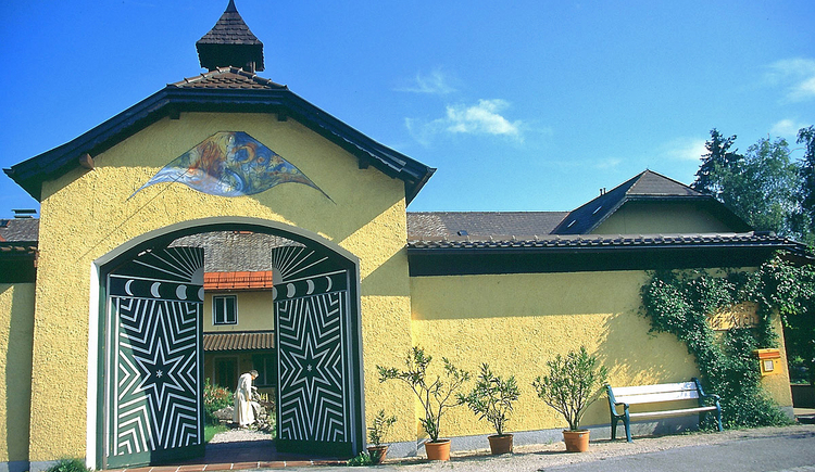 Kloster Gut Aich in Winkl. Tor mit Pater Johannes Pausch. (© WTG)