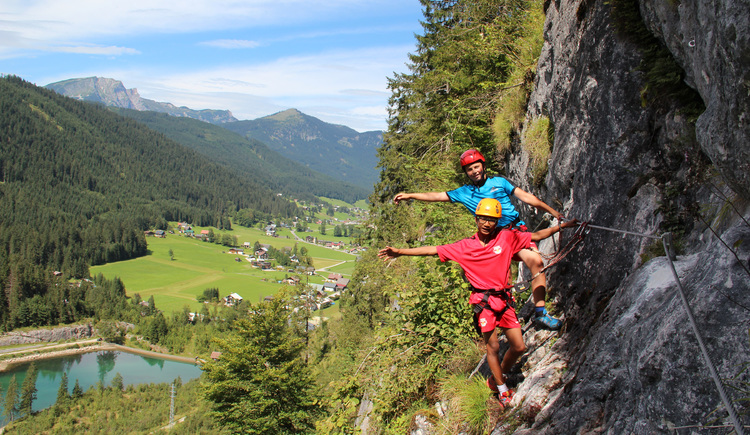 The kids and teenager via ferrata with beautiful view into the valley of Gosau. (© Elisabeth Grill)