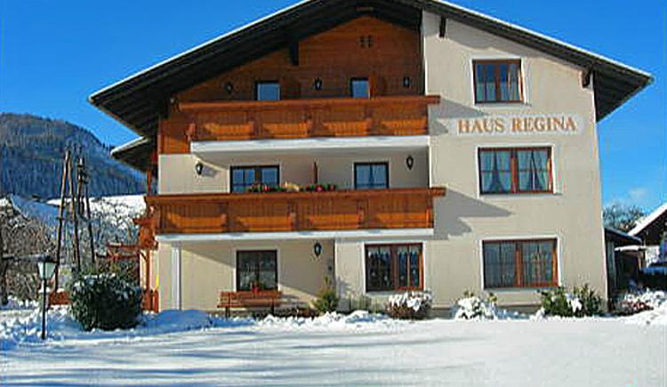 Winteransicht vom Haus Regina. Pension mit Zimmer und Appartements in Abersee bei Strobl am Wolfgangsee