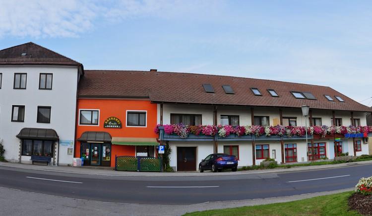 Gasthof, Cafe, Bäckerei, Tennishalle. (© Gasthof Pension Scherb)