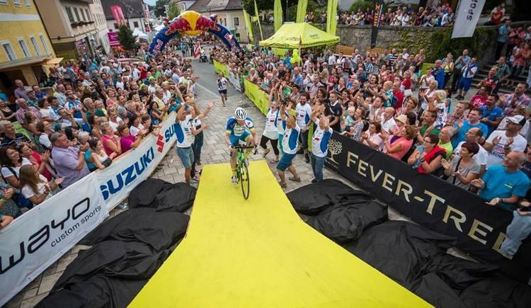 Zieleinffahrt Christoph Strasser beim Race Around Austria mit Ziel und Start in St. Georgen im Attergau/ Salzkammergut. (© RACE AROUND AUSTRIA)