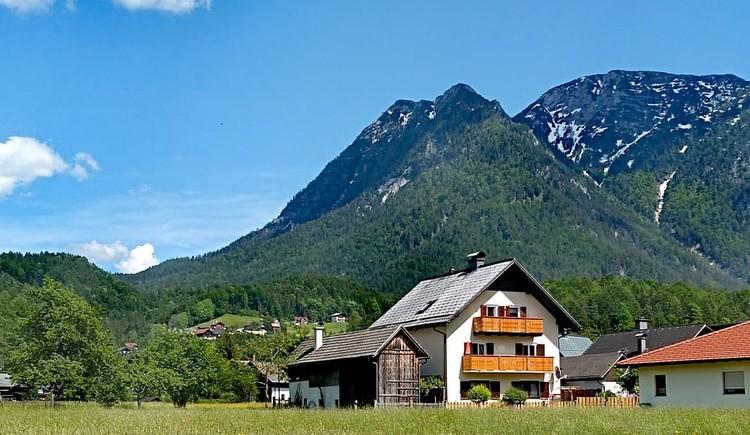 Hausansicht Ferienwohnung Moni mit dem Kalmberg im Hintergrund. (© Horst Jahnke)