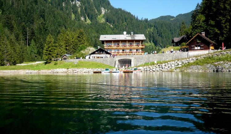 Blick auf den Gasthof vom See aus.