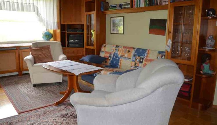 Wohnbereich mit Couch, Tisch, Sessel