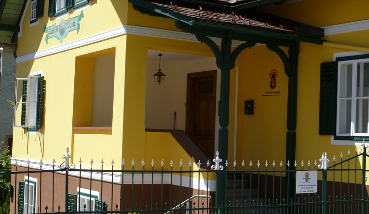 Eingangsbereich vom Massagestudio Houdek Roswitha in Bad Goisern an der Marktstraße.