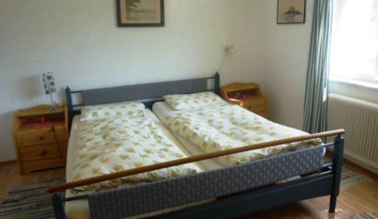 Das Schlafzimmer in der Ferienwohnung am Strandbad.