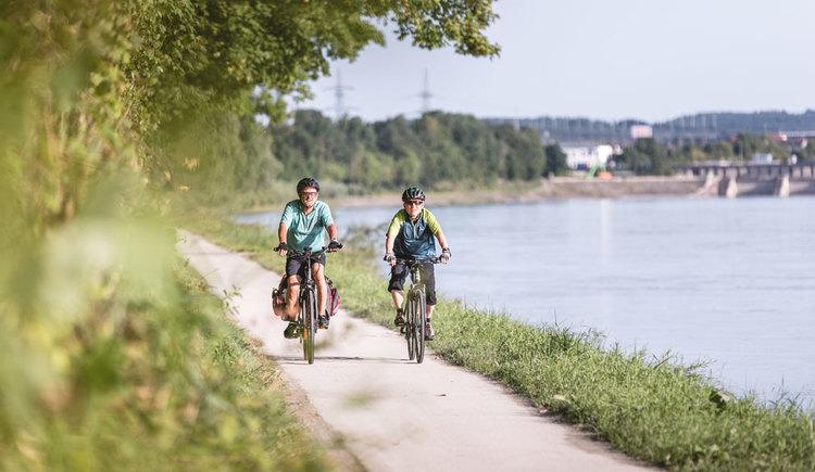Radfahren-am-Innradweg-bei-Sch%c3%a4rding_Ober%c3%b6sterreichTourismusGmbH_MoritzAblinger_NEU (© Oberösterreich Tourismus GmbH/Moritz Ablinger)