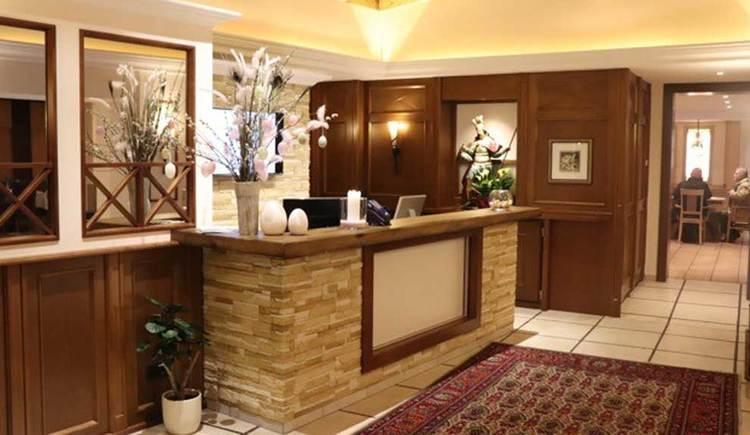Rezeption mit Blick in die Gaststube. (© Hotel Restaurant Krone)