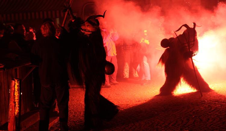 Der Krampuslauf der D'Hirlatzer Teufel findet jährlich am Marktplatz statt. (© Ferienregion Dachstein Salzkammergut)