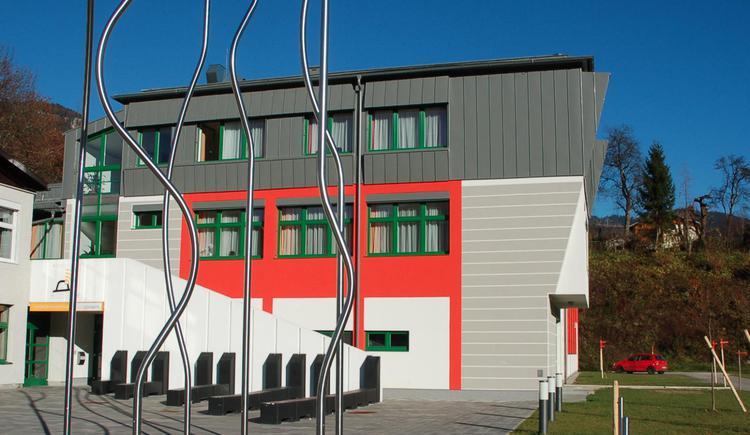 Die Außenansicht der Landesmusikschule in Bad Goisern am Hallstättersee.
