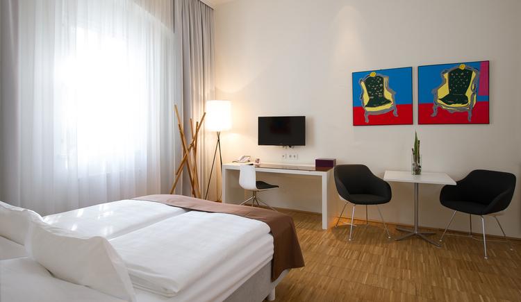 6 vollausgestattete Appartements - 29 - 62 m2\nKitchenette mit Espressomaschine / integrierter Wohnbereich / Sat-TV / kostenfreier WLAN Anschluss / Safe / SPA-Bereich im Hotel mit Sauna & Dampfbad / optional Frühstücksbuffet im Hotel am Domplatz (2014: Euro 17,00, 2015: Euro 18,00)) / optional Parken in der öffentl. Tiefgarage ab Euro 159,- / Monat\ngeeignet für längere Aufenthalte in Linz!\n