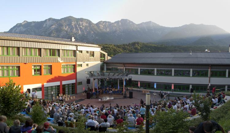 Das Abschlusskonzert der Teilnehmer findet bei Schönwetter in der Arena der Landesmusikschule in Bad Goisern statt
