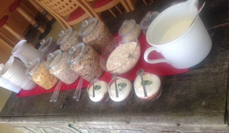Müslibuffet mit verschiedene Müslisorten und Jogurt Sorten