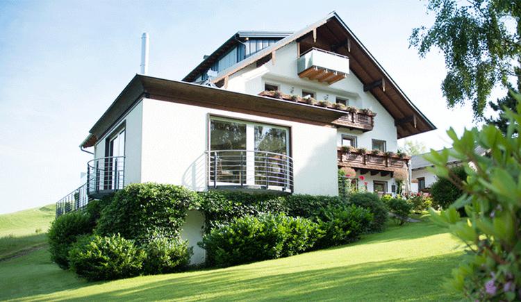 Blick auf die Pension Irlingerhof, im Vordergrund die Wiese