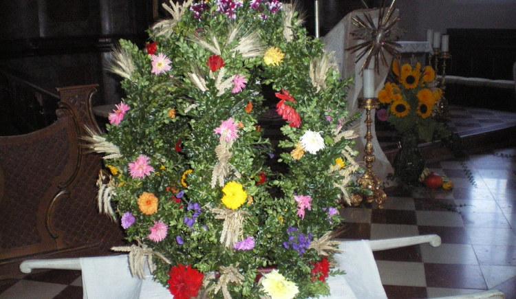 Die Erntekrone, die als Symbol des Dankes für das Erntedankfest gebunden wird.