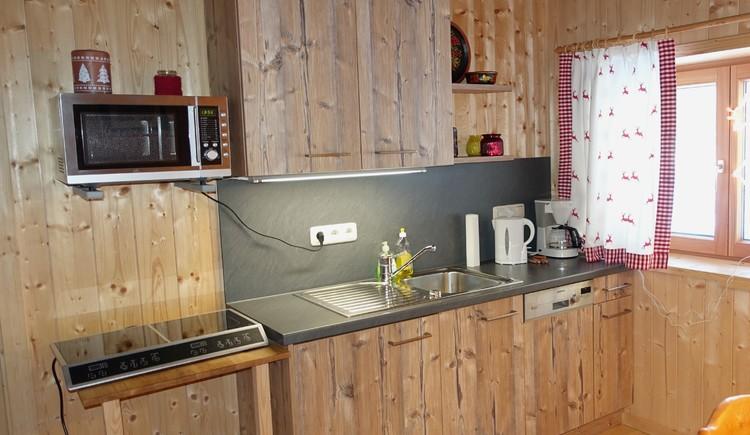 Aber keine Angst: Es gibt Induktions-Kochfeld, Mikrowelle, Kühl/Gefrierschrabk und sogar Geschirrspülmaschine...
